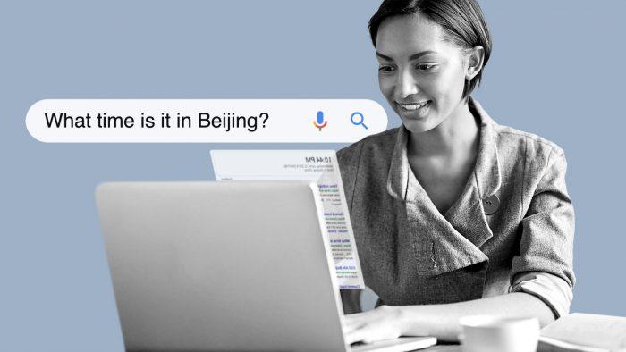 Personne recherchant «quelle heure est-il à Pékin?» sur un ordinateur portable.